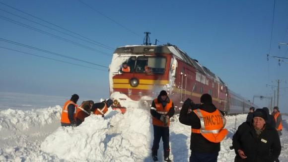 В районе Воркуты в сугробах застрял пассажирский поезд