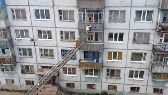 Жительница Воркуты попыталась покинуть квартиру через балкон (ВИДЕО)