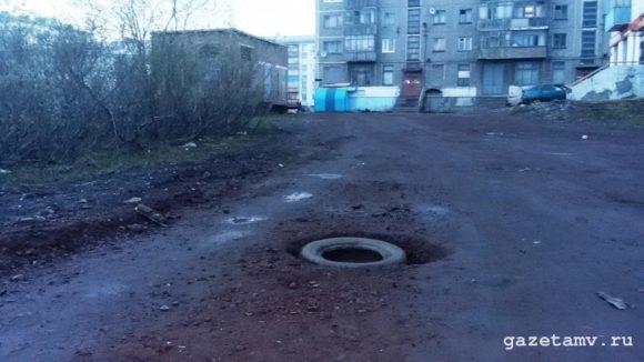 В Воркуте перестали заделывать дорожные ямы кирпичами